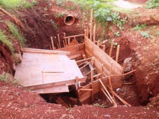 """Tubulação em construção destinada a """"frear"""" a água para minimizar os efeitos do assoreamento."""