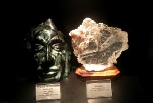 Escultura em minério de Esmeralda retirada na Exposição de Minerais e Rochas Orville Derby (Mineropar). Essa exposição foi inaugurada em 14 de dezembro de 2010, e nela são expostos exemplares de grande importância com várias famílias de minerais. Foto: LIMA, 2012