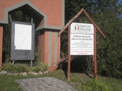 Entrada do Parque Municipal Gruta da Bacaetava